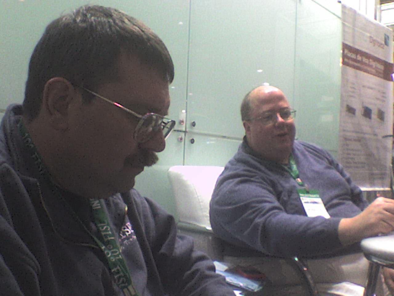 Scott Balneaves e James McQuillan descansam um pouco no stand da Propus Informática LTDA.